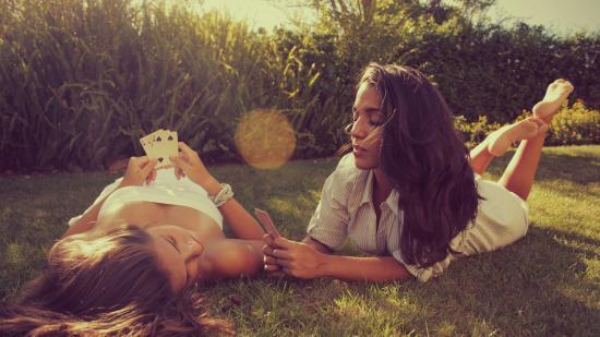 Девушки фото играют в карты постоянно открывается страница казино вулкан как убрать в