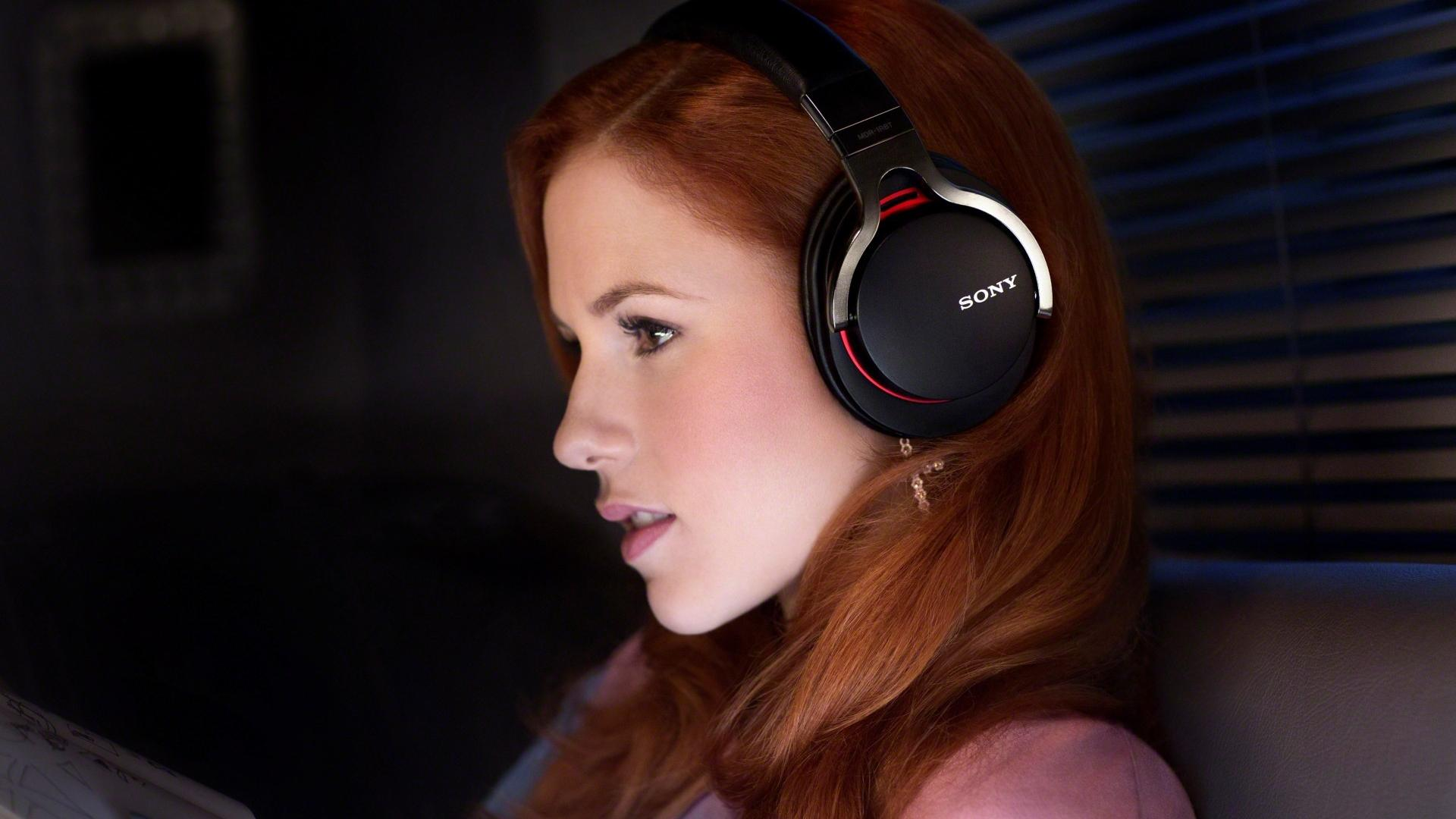 https://on-desktop.com/ru/images/wp.php?path=/wps/Girls_Red-haired_girl_listening_to_music_095385_.jpg&wp=9