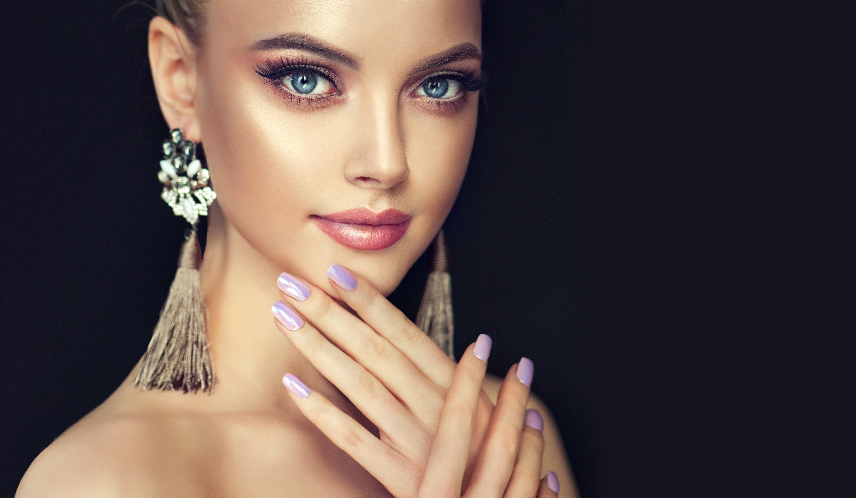 Девушка с маникюром фото красивое