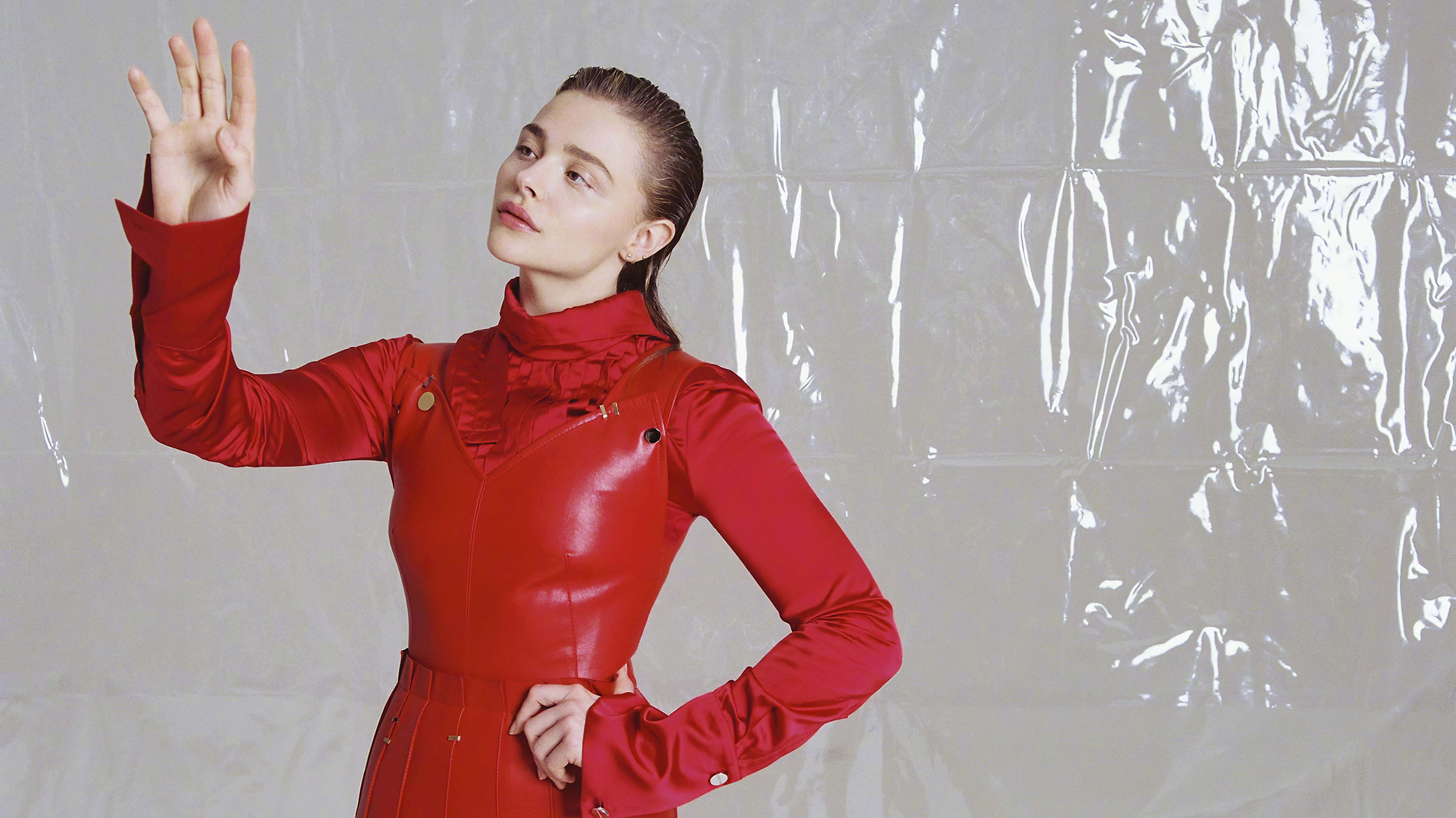Wallpaper Young actress Chloe Grace Moretz in a red suit