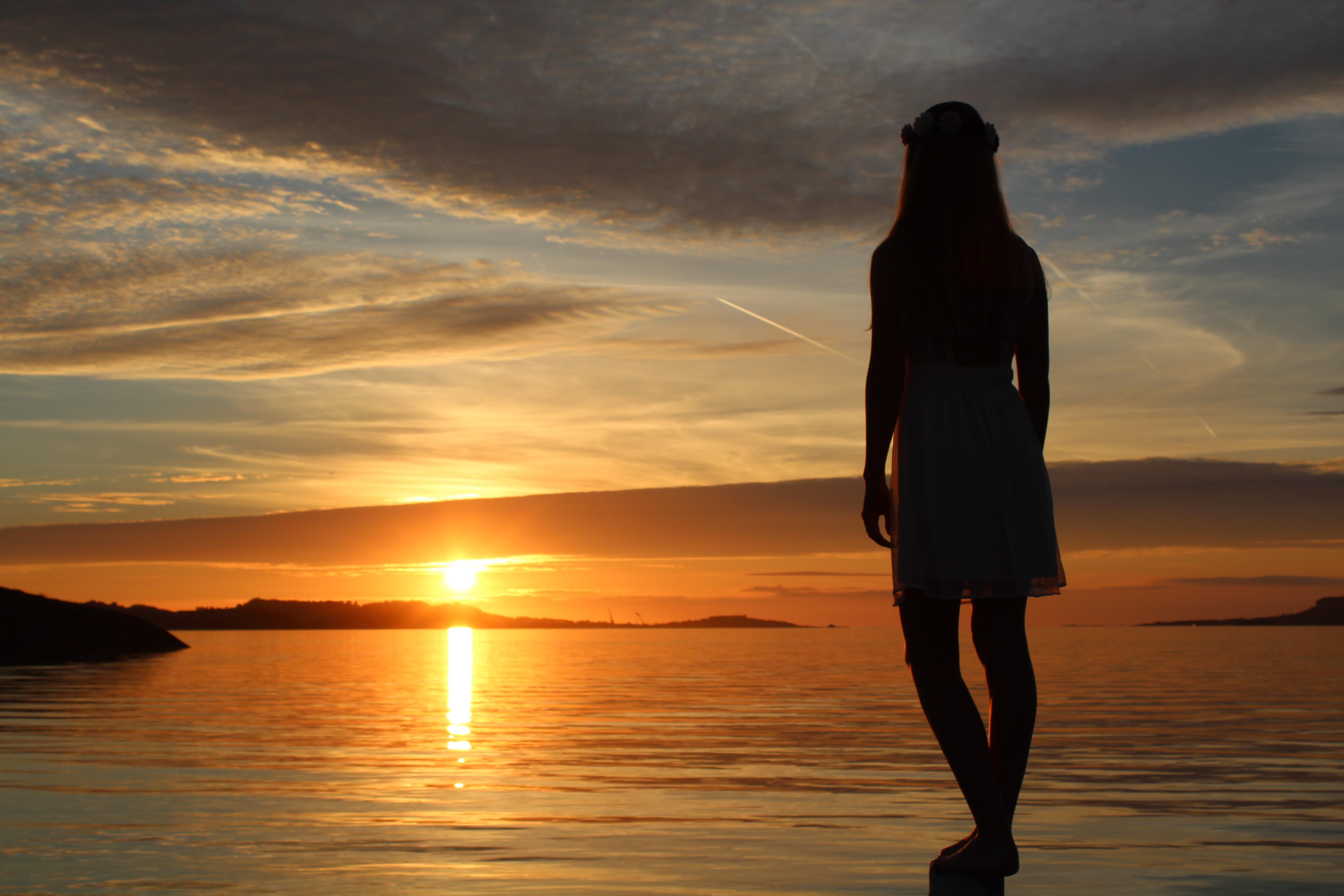 Красивые девушки на фоне заката — img 8