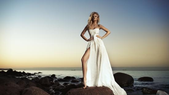 Девушка в белом платье у моря