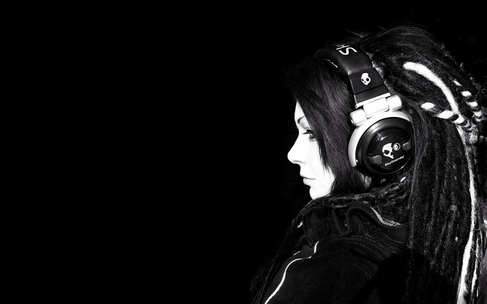 Wallpaper Girl in headphones on a black background