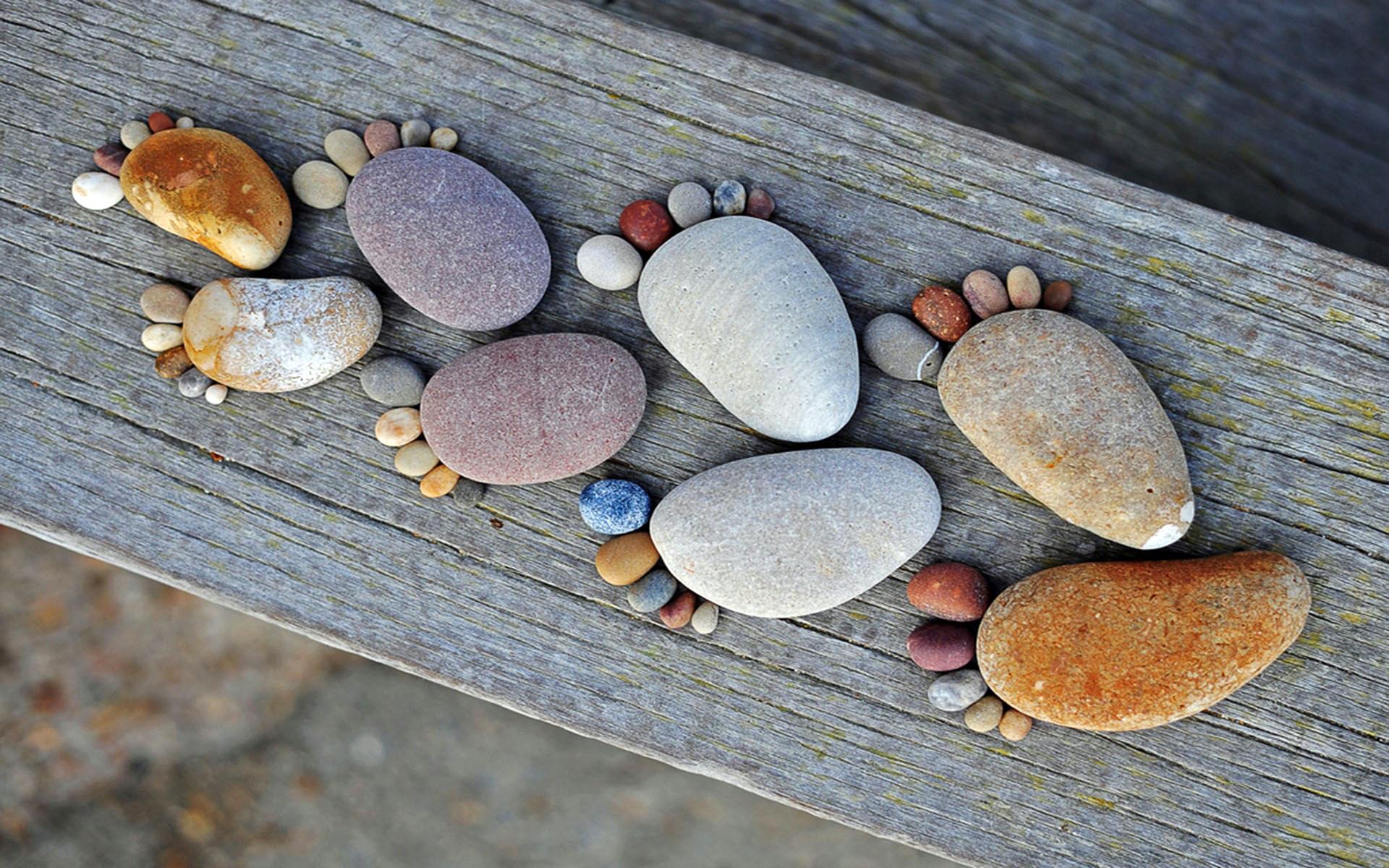 Рисунки на столах из камня