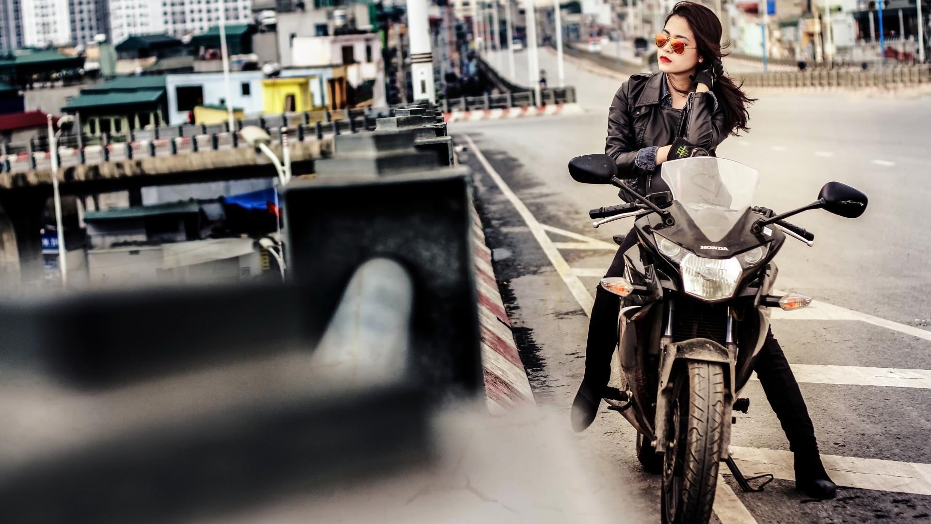 Брюнетка и мотоцикл фото