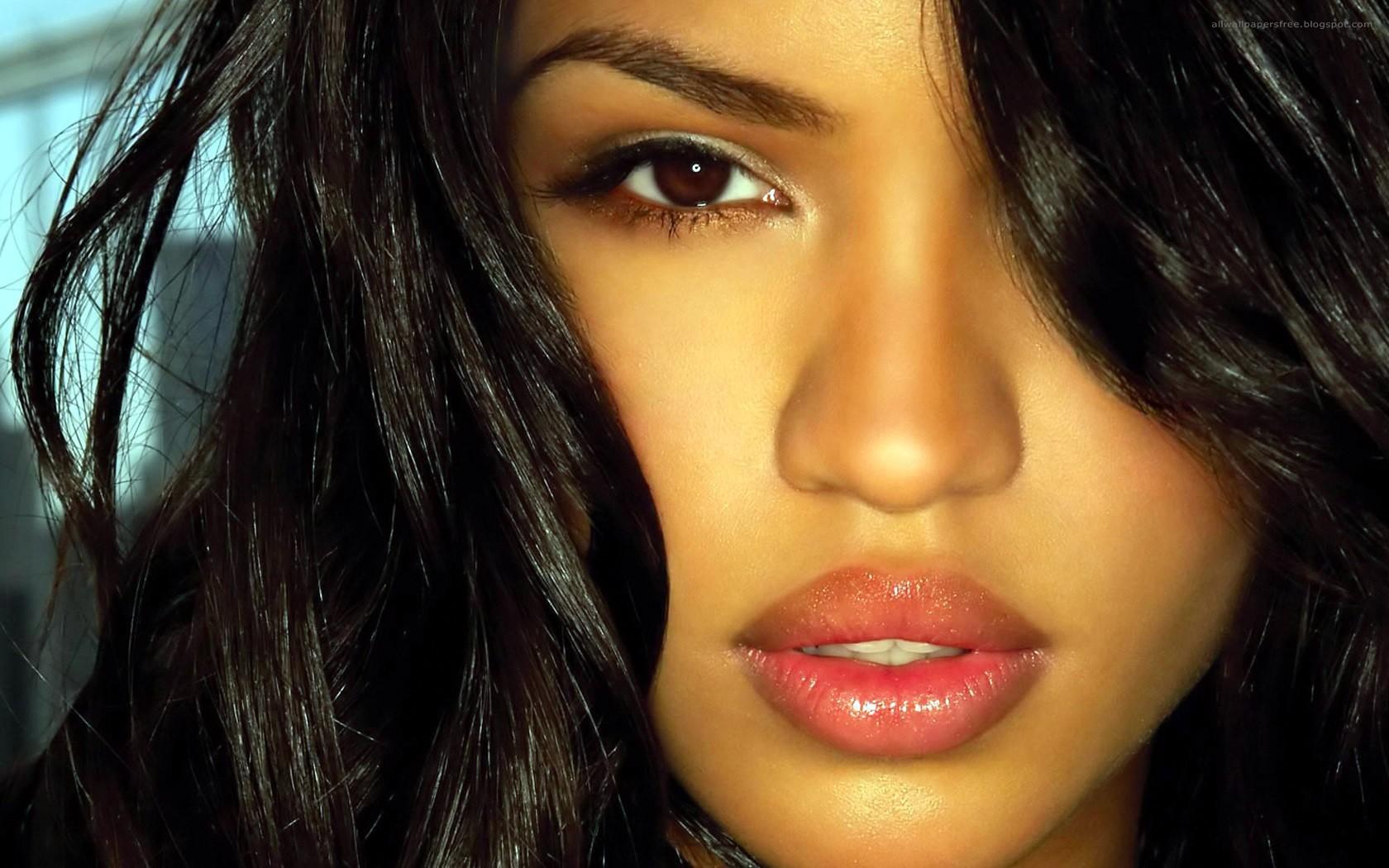 Красивые пухлые губы женщины