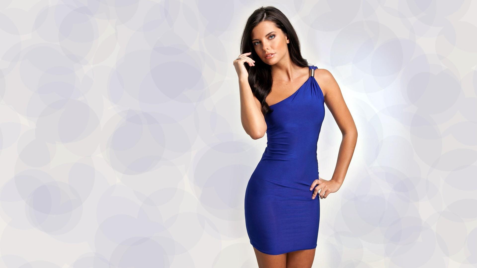 Фото девушка в синем платье