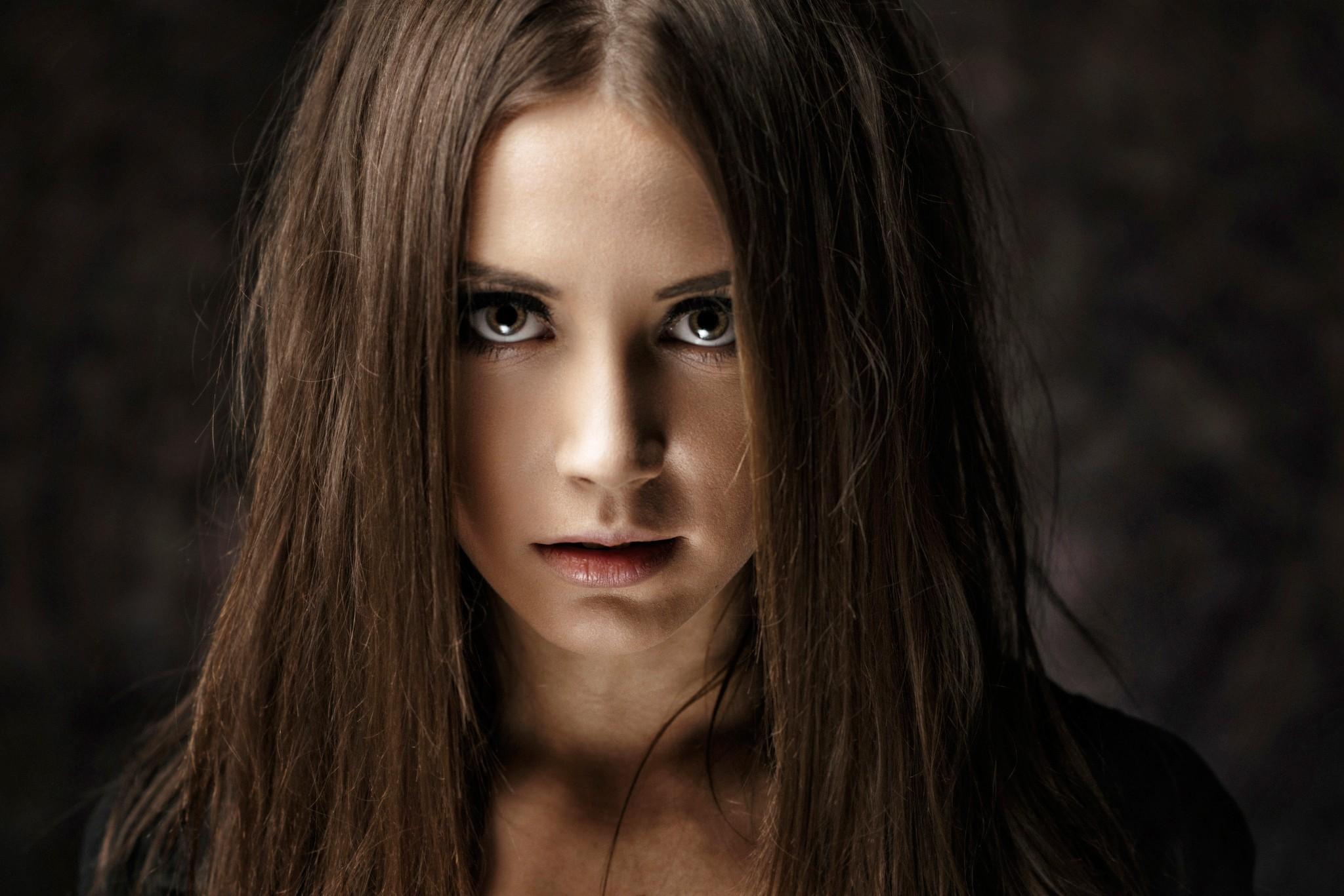 Сексуальные девушки с темными длинными волосами просто