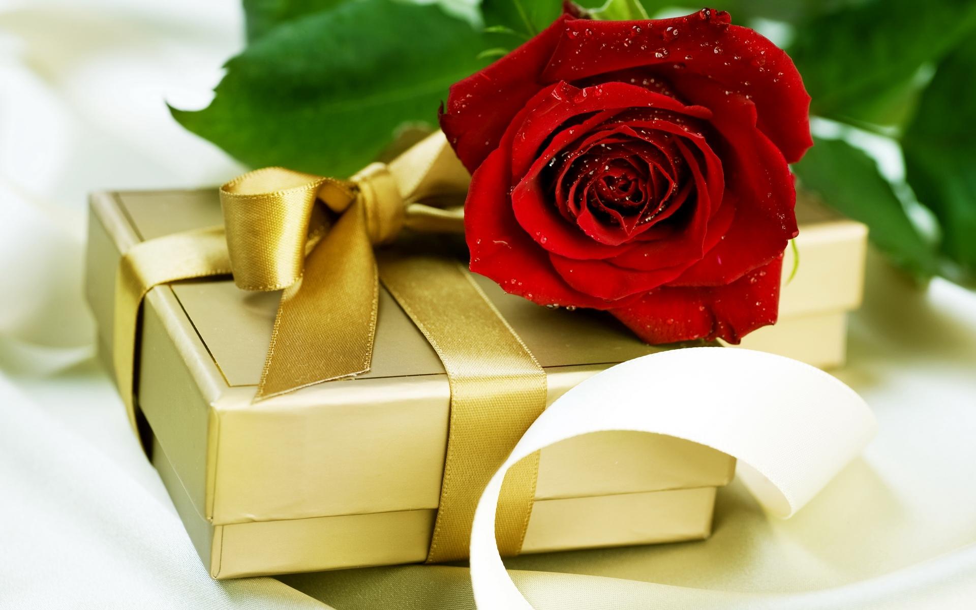 Открытка для девушки с подарком 394