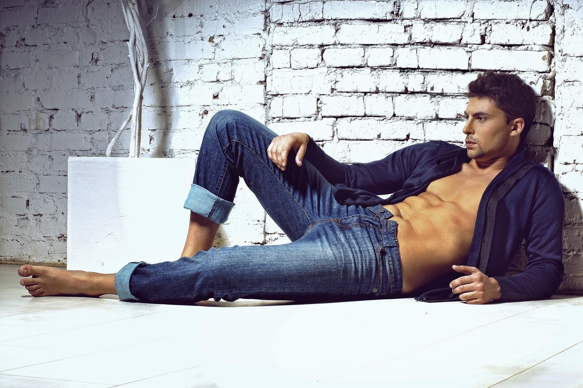 в фото мужики джинсах