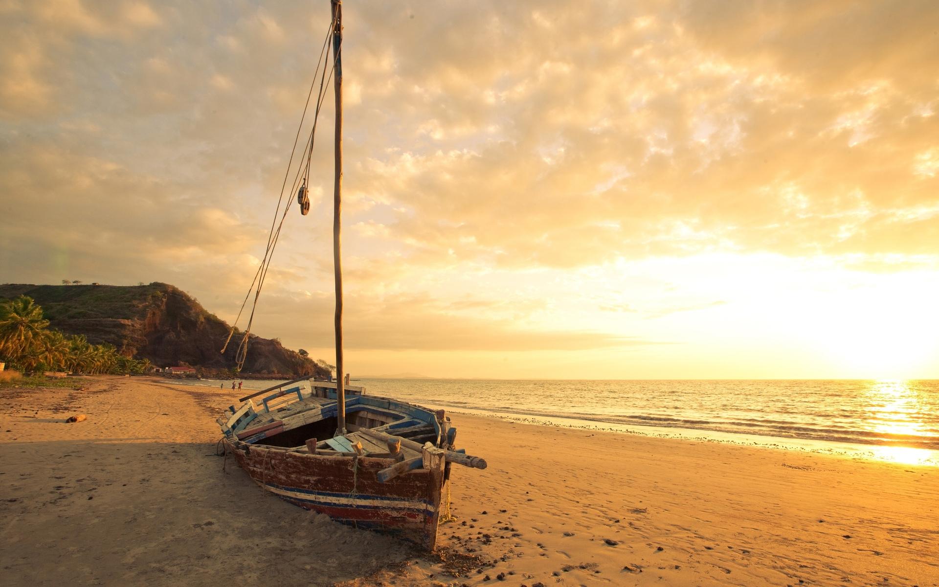 лодка на берегу фото