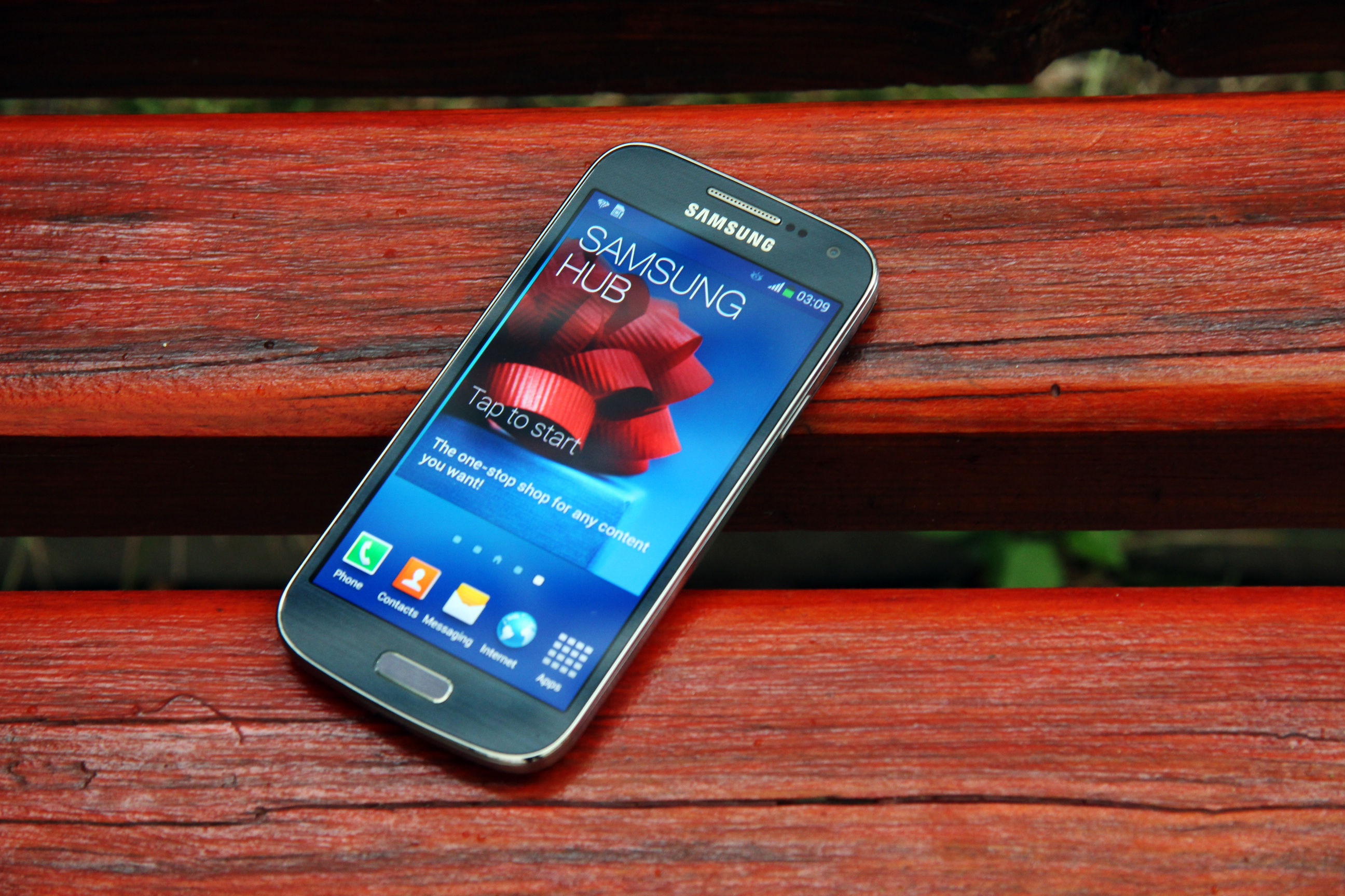 Wallpaper Samsung Galaxy S4 on the bench